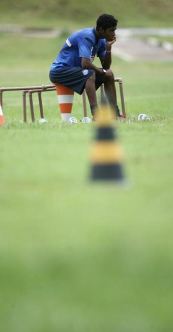 Meia tricolor deixa o treino com dores na coxa e pode ficar de fora do duelo contra o Galo - Foto: Raúl Spinassé | Agência A TARDE