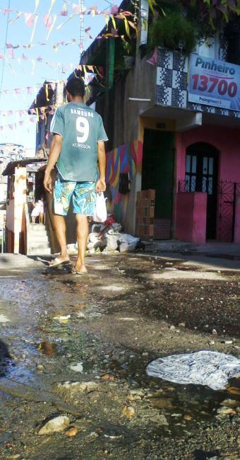 Crianças, adultos e idosos convivem com o esgoto na porta de casa - Foto: Alan Tiago   Agência A TARDE