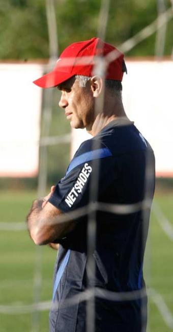 Treinador ainda não sabe se poderá contar com o meia Zé Roberto, que ainda se recupera de lesão - Foto: Fernando Amorim | Ag. A TARDE