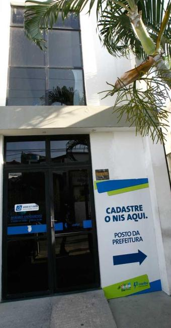 Na Bahia, mais de 220 mil famílias perderam o benefício e devem procurar os postos da Coelba para re - Foto: Margarida Neide | Ag. A TARDE