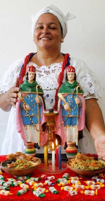 Sandra de Oyá adaptou-se aos novos tempos: de van, distribui cerca de  600 quentinhas - Foto: Eduardo Martins | Ag. A TARDE