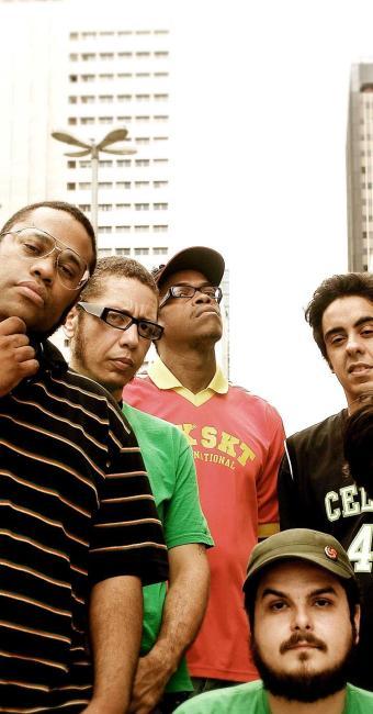 Na foto, BNegão (à direita) e a banda Seletores de Frequência, que fazem show no dia 5 de outubro - Foto: Divulgação