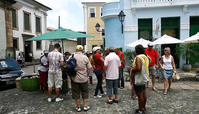 Apesar da carência de qualificação nos serviços voltados ao turista, Salvador ainda atrai visitantes - Foto: Gildo Lima | Ag. A TARDE