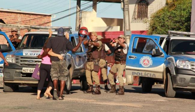 Duas viaturas da PM passavam pelo local e prenderam Alex (de costas) em flagrante - Foto: Joá Souza | Ag. A TARDE