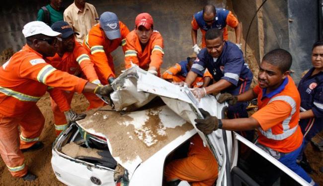 Mulher ficou presa nas ferragens após o acidente - Foto: Raul Spinassé | Ag. A TARDE