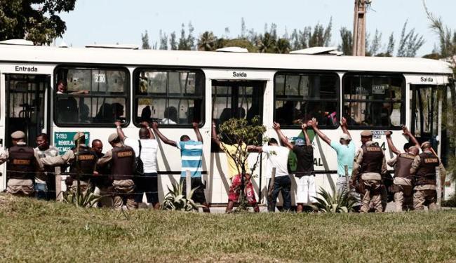 Ônibus foram abordados e passageiros revistados durante a ação - Foto: Marco Aurélio | Ag. A TARDE
