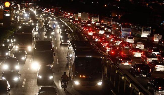 Fluxo de veículos causou engarrafamento na BR 324 nos dois sentidos - Foto: Lúcio Távora   Agência A TARDE