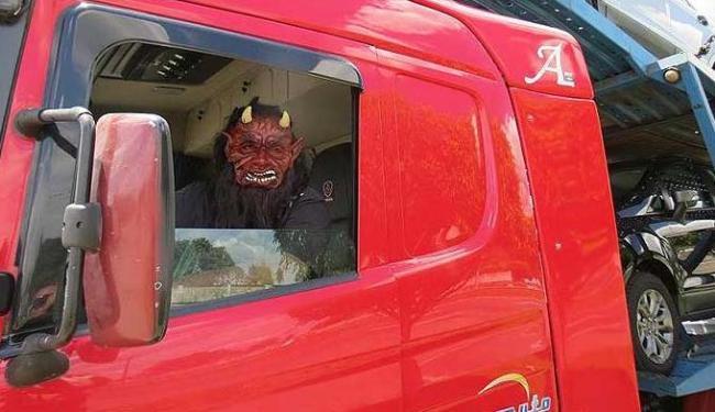 Usando máscara de diabo, motorista de caminhão cegonha disse que queria assustar condutores na estra - Foto: PRF | Divulgação