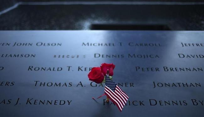 Vítimas são homenageadas com flores e bandeiras dos EUA - Foto: Adrees Latif | Reuters