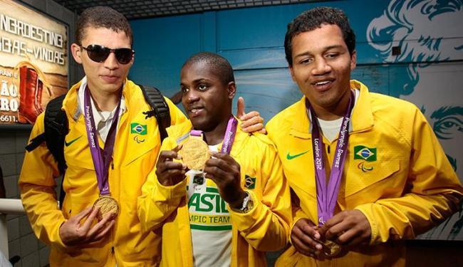 Cássio, Jefinho e Gledson mostraram com orgulho as medalhas conquistadas em Londres - Foto: Mila Cordeiro | Ag. A TARDE