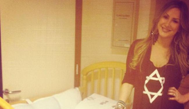 Claudinha posa ao lado do berço de seu filho no camarim do 'The Voice - Foto: Reprodução | Instagram