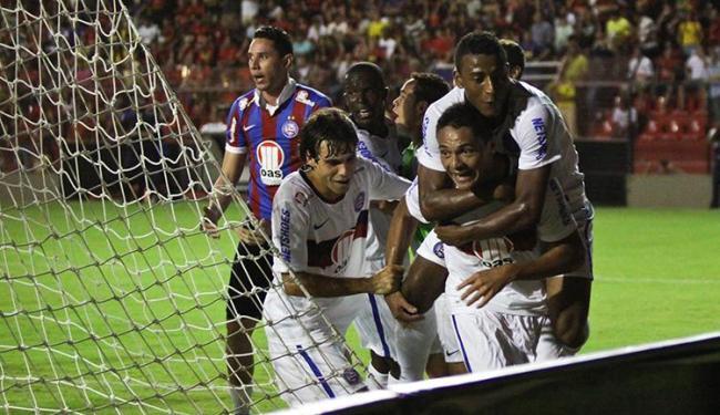 Helder empatou o placar no final do jogo e recebeu o apoio dos colegas - Foto: Clélio Tomaz/Agência Estado