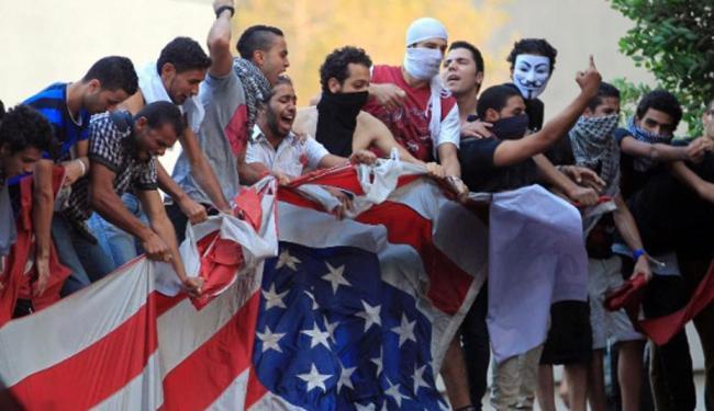 Manifestantes egípcios protestaram na embaixada dos Estados Unidos - Foto: Agência Reuters