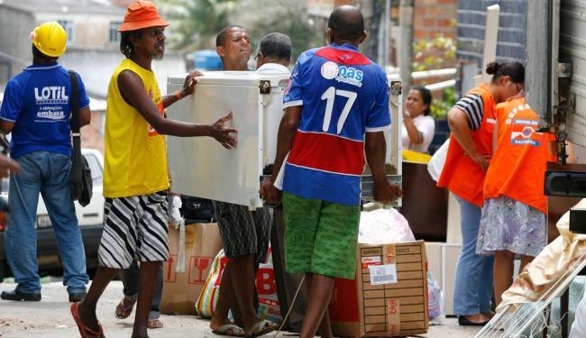 Moradores recolhem seus pertences, às pressas, por conta do risco de desabamento - Foto: Marco Aurélio Martins | Ag. A TARDE