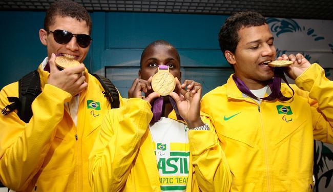 Jefinho (ao centro), campeão paralímpico do futebol de 5, é um dos contemplados - Foto: Mila Cordeiro/ Ag. A TARDE