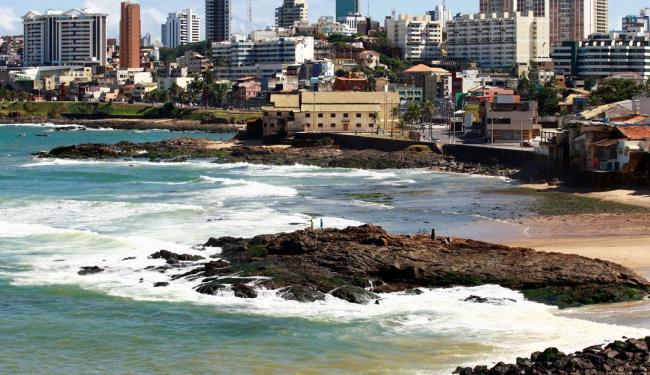 Inema orienta que banhistas evitem trecho da praia do Rio Vermelho, em Salvador - Foto: Fernando Vivas   Ag. A TARDE