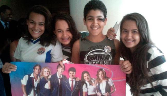 Com faixas e cartazes, os fãs esperaram os cantores na porta do hotel - Foto: Bárbara Silveira | Ag. A TARDE