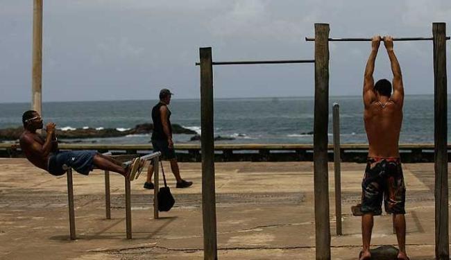 Equipamentos de ginástica estão sem manutenção há anos na orla - Foto: Raul Spinassé | Agência A TARDE