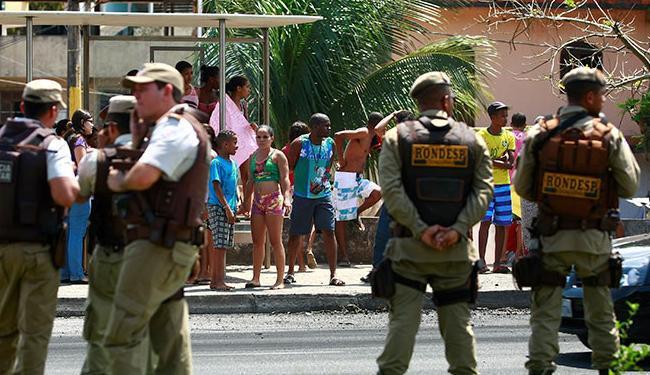 Comunidade fechou a pista e queimou pneus e outros objetos - Foto: Fernado Vivas| Ag. A TARDE