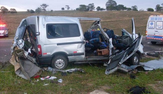 Acidente entre micro-ônibus e carreta deixou dez pessoas mortas - Foto: Divulgação | PRF