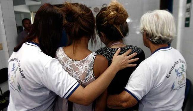 Adolescentes estão sendo acompanhadas por membros do Conselho Tutelar - Foto: Luiz Tito   Agência A TARDE