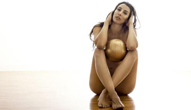Jogadora da seleção está nua na primeira imagem de divulgação, mas não mostra nada - Foto: Divulgação | Revista VIP