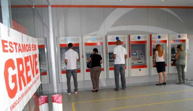 Alguns serviços podem ser feitos nos caixas de auto-atendimento - Foto: Luiz Tito | Ag. A TARDE