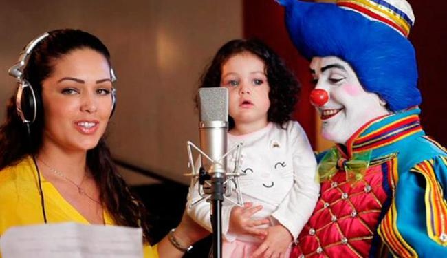 A pequena aparece ao lado da mãe Tânia Mara e do palhaço Topetão em gravação - Foto: | Ag. A TARDE