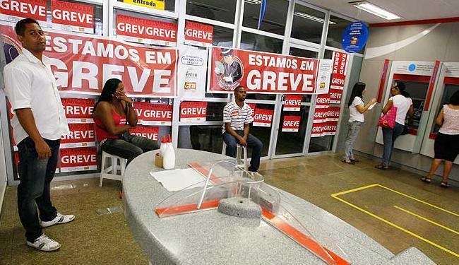 Agências do centro fecharam e clientes tiveram de apelar para o autoatendimento - Foto: Marco Aurélio Martins   Agência A TARDE