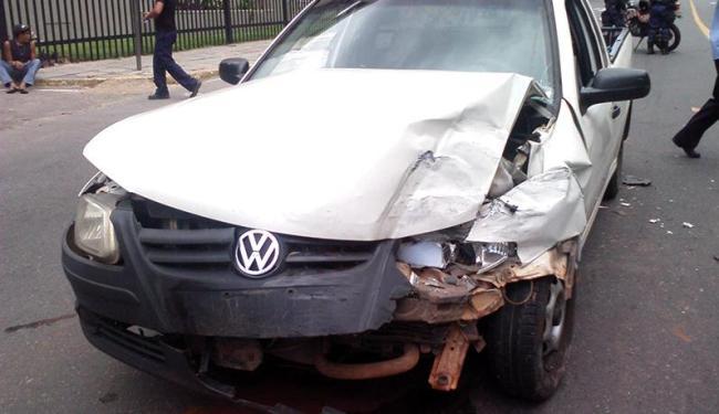 Saveiro se chocou de frente com carro que tentou cruzar a avenida principal - Foto: Thaís Seixas | Ag. A TARDE