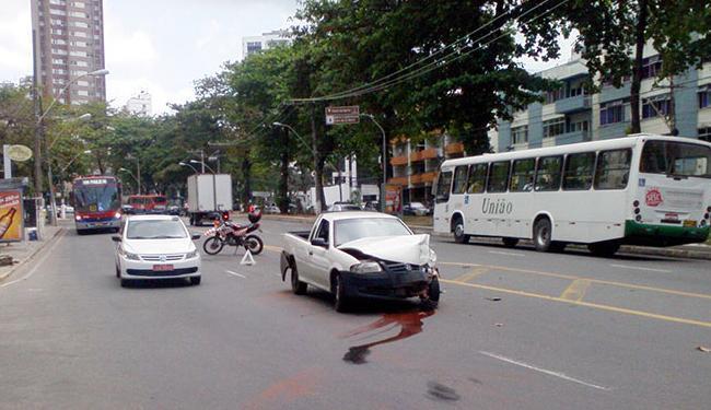 Veículo ficou parado no meio da avenida - Foto: Thaís Seixas | Ag. A TARDE