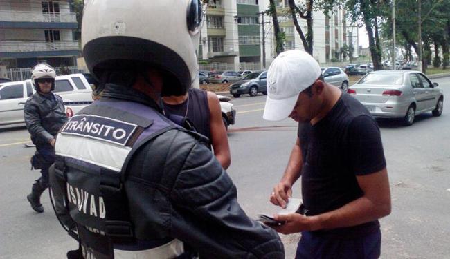 Agentes da Transalvador chegaram minutos após o acidente - Foto: Thaís Seixas | Ag. A TARDE