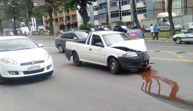 Um dos carros envolvidos no acidente atrapalhou o trânsito no local - Foto: Thaís Seixas | Ag. A TARDE