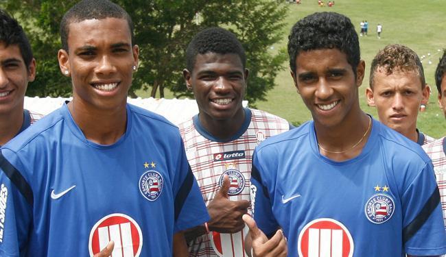 Madson (à esquerda, de camisa azul) e Gabriel: crias da base tricolor no elenco principal - Foto: Luciano da Matta | AG A TARDE
