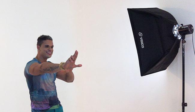 O cantor aproveitou a mudança para fazer algumas fotos para o novo CD - Foto: Alex Dantas | Divulgação