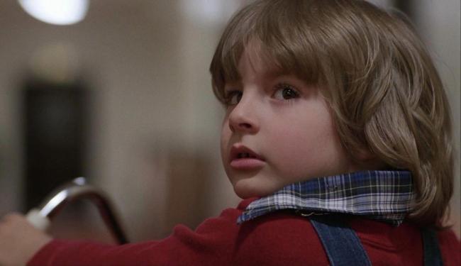 Personagem Danny Torrance em ação no filme dirigido por Stanley Kubrick - Foto: Reprodução