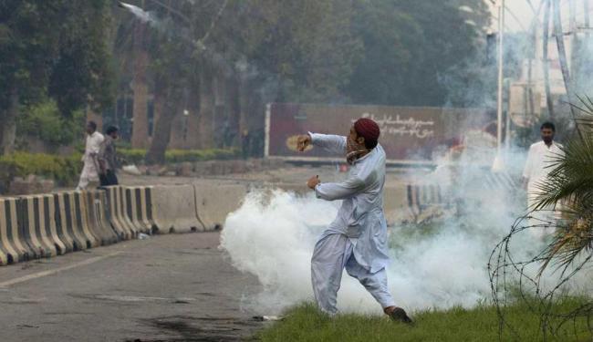 Em Islamabad, Paquistão, um protesto em frente à embaixada dos EUA deixou mais de 50 feridos - Foto: Faisal Mahmood   Agência Reuters