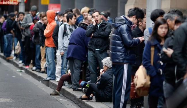 Os australianos foram os primeiros a comprar o iPhone 5 e a havia começado ainda na quinta-feira, 20 - Foto: Agência Reuters
