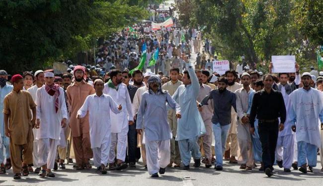 Manifestantes marcham em direção à embaixada norte-americana em protesto - Foto: Reuters