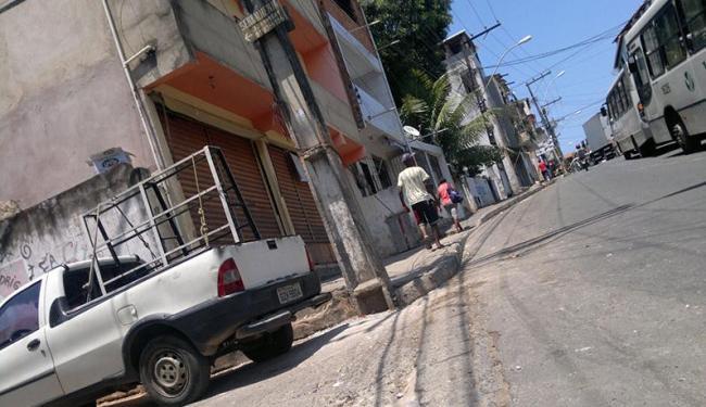 Lojistas e moradores estão temerosos com o toque de recolher imposto pelo tráfico - Foto: Juracy dos Anjos   Ag. A TARDE