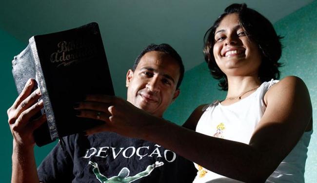 A jornalista Driely, que é casada com o evangélico Eonives, se declara sem religião - Foto: Lúcio Távora   Ag. A TARDE