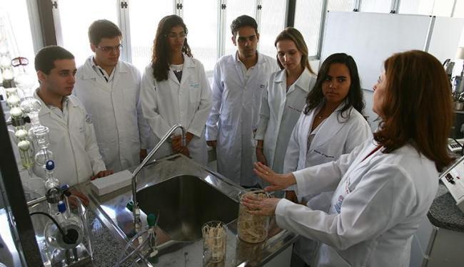 Os alunos de engenharia química e a professora Leila Aguilera durante a inauguração do laboratório - Foto: Fernando Amorim   Ag. A TARDE