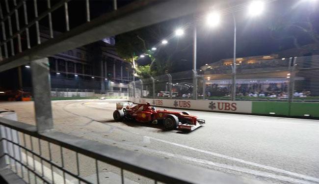 Alonso chegou em terceiro no GP de Cingapura, mas segue líder do campeonato - Foto: Agência Reuters