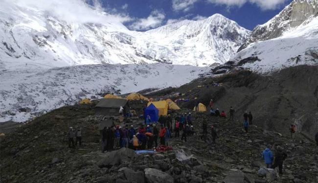 Equipes buscam sobreviventes da avalanche na 8ª montanha mais alta do mundo - Foto: Reprodução   Agência Reuters