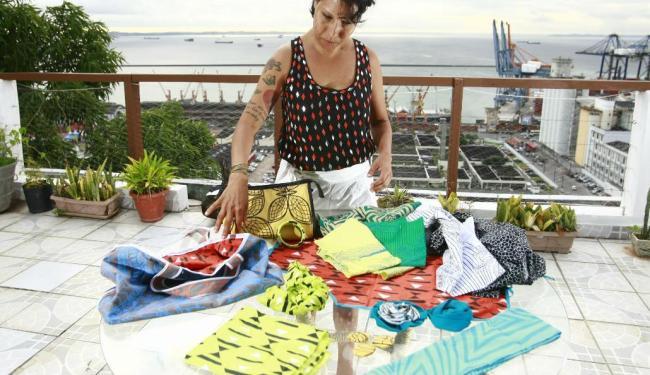 A estilista Luciano Galeão recicla tecidos - Foto: Fernando Vivas| Ag. A TARDE