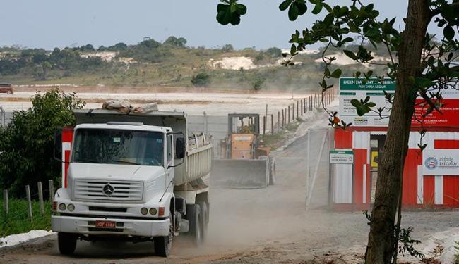 Rotina na obra é intensa, com movimentação de caminhões e tratores - Foto: Marco Aurélio Martins | Ag. A TARDE