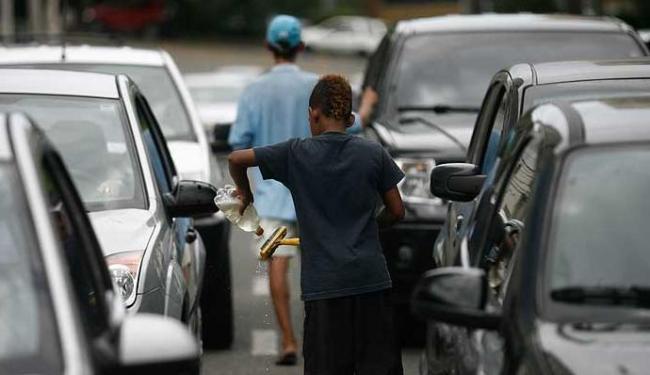 Crianças que deveriam estar na escola, trabalham nas sinaleiras de Salvador - Foto: Raul Spinassé | Agência A TARDE
