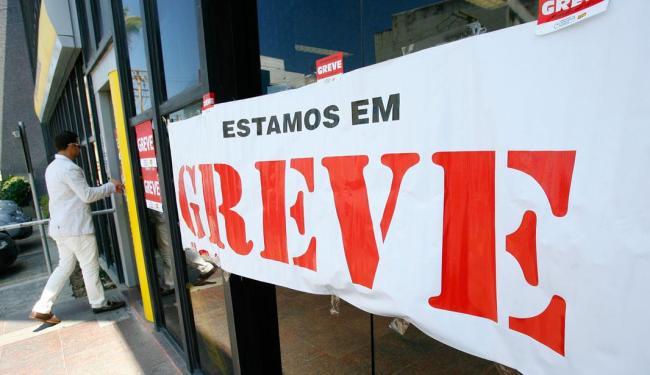 Apenas sete agências bancárias funcionaram nesta terça em Salvador - Foto: Marco Aurélio Martins | Ag. A TARDE