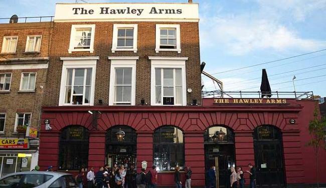 Fachada do pub The Hawley Arms, o preferido de Amy Winehouse - Foto: Marcelo Machado   Agência A TARDE