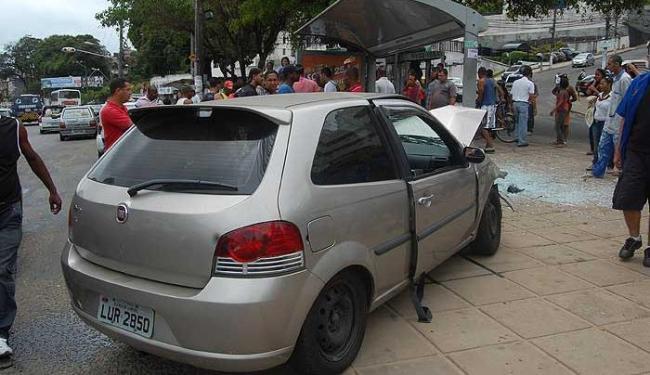 Motorista perdeu a direção e acabou ferindo três pessoas em ponto de ônibus - Foto: Ubiratan Rodrigues  Agência A TARDE